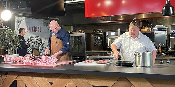Sterrenchef Dennis van den Beld laat in een Masterclass lamsvlees zien hoe je Nederlands graslam het beste kunt bereiden samen met Albert Ensing bij HANOS.